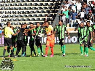 Les joueurs de V.club en train de contester le deuxième but de Mazembe lors du match de la 7éme journée de la Division I le 28 avril 2012 (Photo tpmazembe.com)