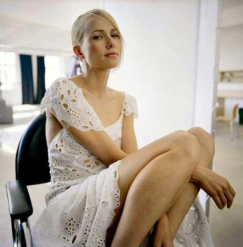 Naomi Watts, de rojo
