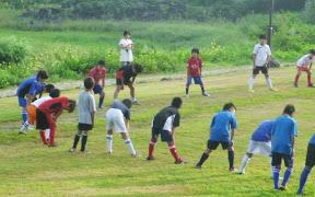 朝 会場のシッコゴ公園で体操するサッカー合宿子供達UP