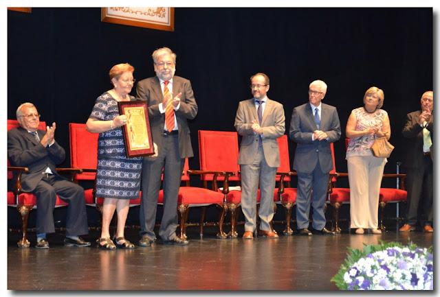 Recibe su diploma acreditativo de manos del alcalde, Lucia Gómez Román.