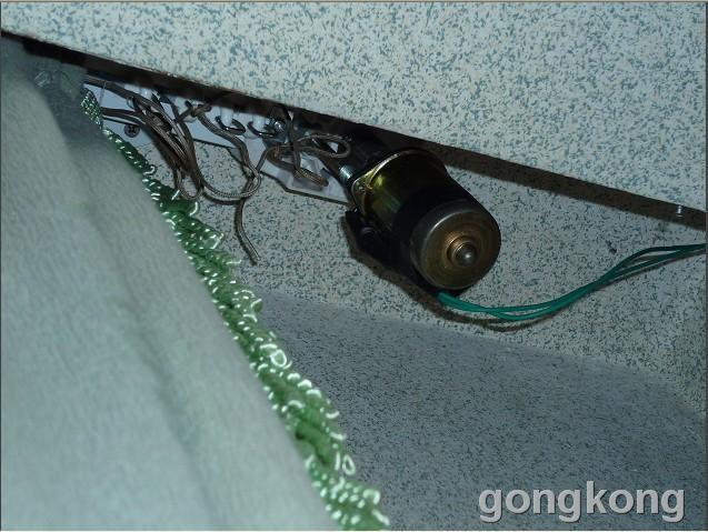 这是自动窗帘的小电机,自己在厂里加工安装在座上