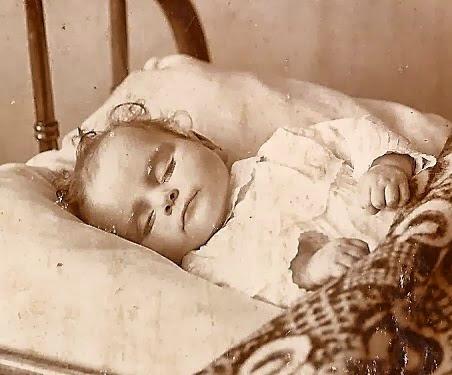 Bebê morto em foto do século XIX