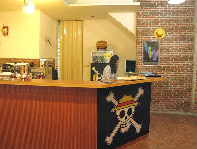 櫃檯除了海賊王旗幟也有一些公仔小物-LV5.5 新人類樂園海賊王主題餐廳