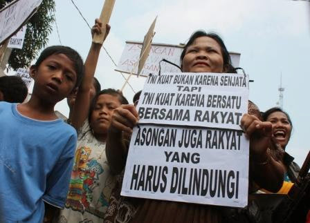 Pedagang asongan di Stasiun Walikukun Ngawi melakukan aksi demo dengan membawa poster
