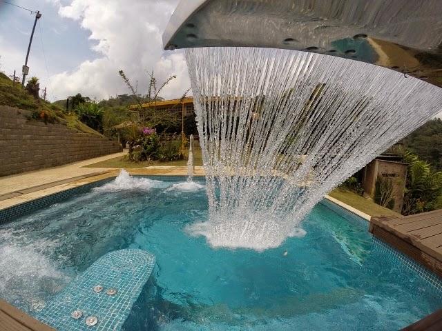 Alba piscinas com cascada de acero inoxidable solita for Modelos de piscinas con cascadas