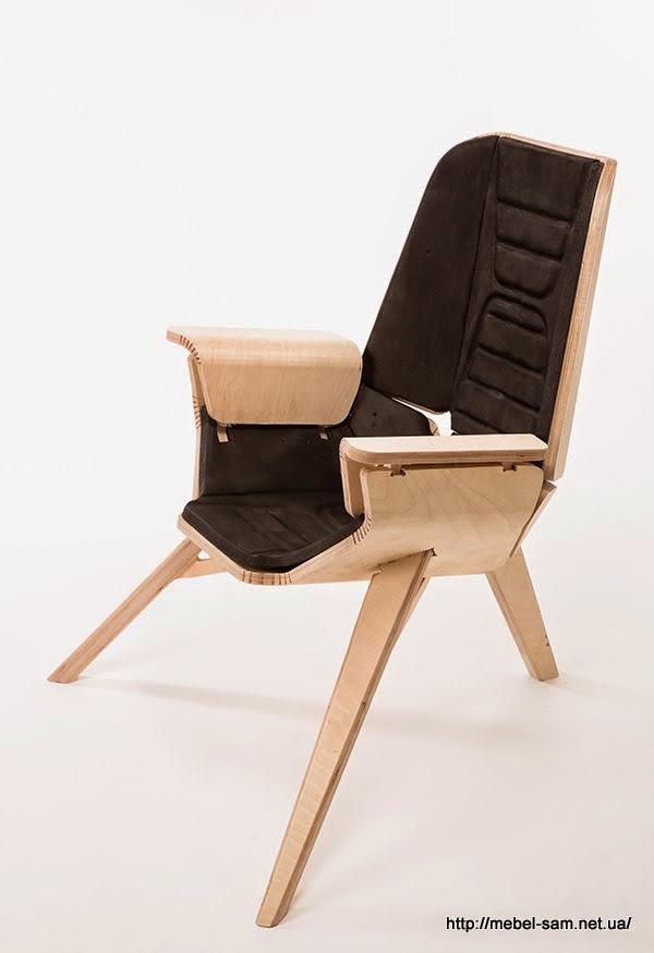 Фанерное кресло имеет мягкую обшивку и подлокотники