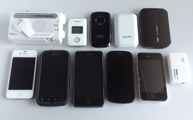 左側から、SONY ICF-B03、iPhone4S、iPhone3GS、Optimus LTE、MOTOROLA PHOTON、Google NexusS、URoad-8000、AtermWM3500R
