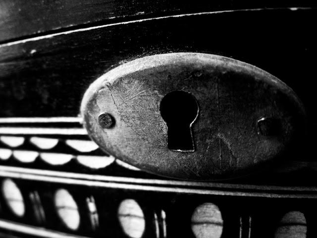 privind prin gaura cheii in asteptarea cheii potrivite