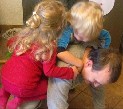 Kinder spielen mit Papa Maus