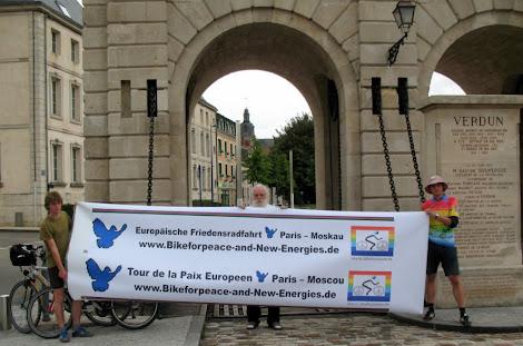Friedensradfahrer halten Transparent: »Europäische Friedensradfahrt Paris-Moskau«.