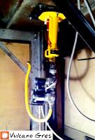 Quemador de gas para horno de leña. Quemador atmosférico. Silencioso, funciona de continuo o de forma alterna según necesidad, con o sin ventilador. Instalación en la base del horno, oculto a los ojos del cliente. Automático, fácil control y máxima seguridad. Cuenta con dos llamas separadas y controlables desde la unidad externa. Se inicia automáticamente con una sola llama para mantenimiento de la temperatura, la segunda llama esta destinada al rápido calentamiento del horno. Potencia 6-34 Kw, voltaje 110 v, presión gas 10-30 mbar, volumen gas 0,60-3,50 Nm3/h, consumo 100w.