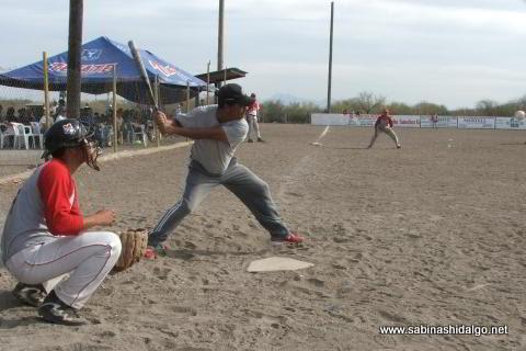 Antonio Lozano de Agua y Drenaje en el softbol del Club Sertoma