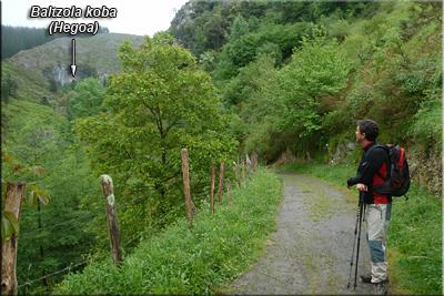 Desde el camino se ve la cueva de Baltzola