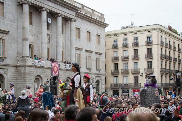 Barselona belediyesi önünde Santa Eulalia festivali kutlamarı