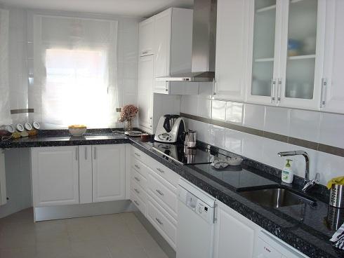 Dise o y decoraci n de cocinas marzo 2011 Cocina blanca encimera granito negra