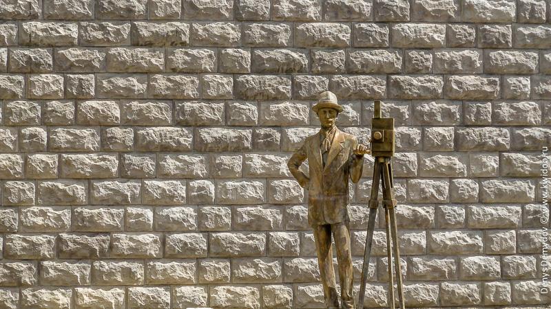 Памятник кинорежиссеру в Кутаиси