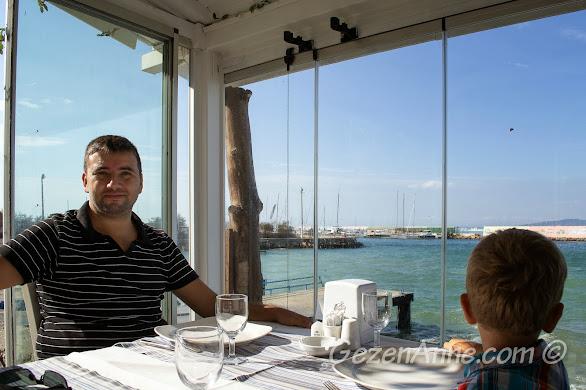 Bursa, Trilye'deki Taşmahal restoranda yemek yerken