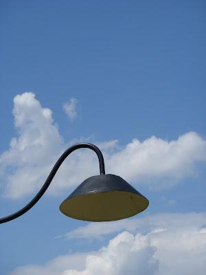 鉄条網を照らす街灯