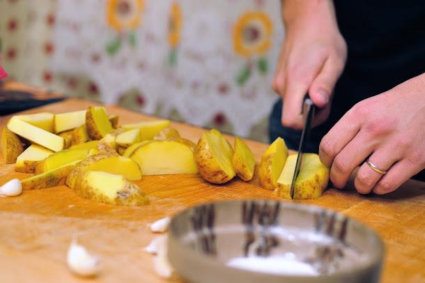 Razvan Anton cartofi in coaja taiati
