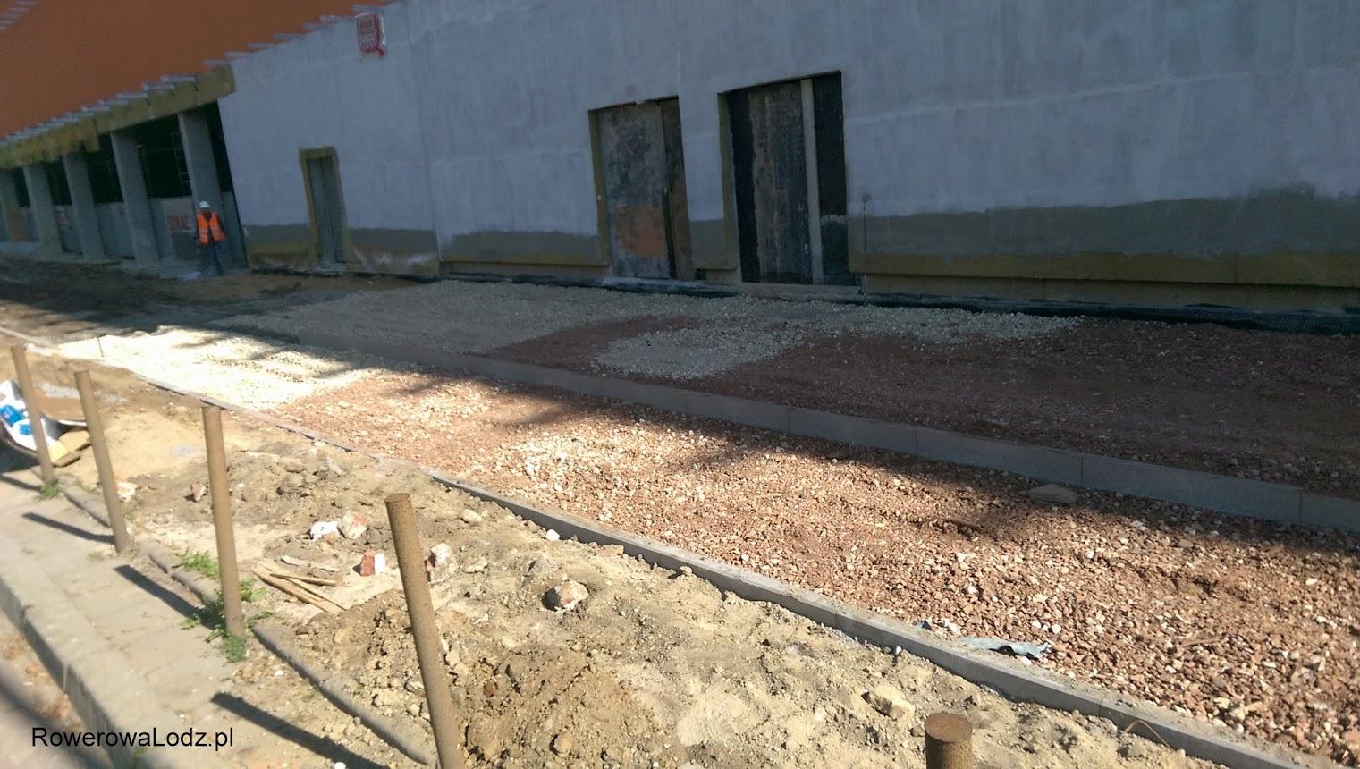 Chodnik bliżej budynku, zaś ddr oddzielona od jezdni trawnikiem.