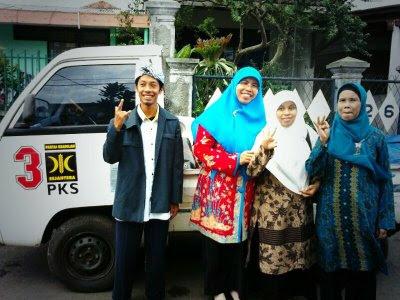 Berfoto bersama istri Wakil Walikota, Siti Muntamah (jilbab biru)