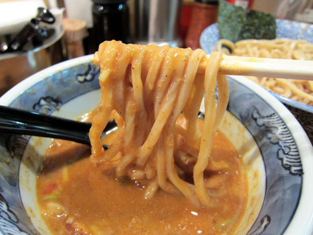 つけ汁につけた麺を箸で持ち上げた