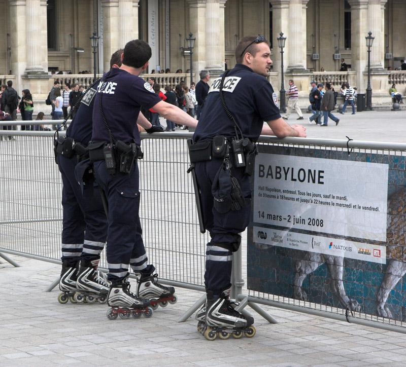 Лувр. Полиция на роликах.