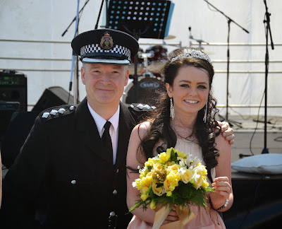 13-07-2013 - By Scott Campbell (+44) 0774 296 870 - Cumbernauld Gala Day, 2013, at Cumbernauld New Town Hall; Queen with Chief Inspector Brian Connel.