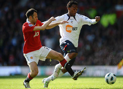 Ryan Giggs vies Daniel Sturridge during Man Utd vs Bolton