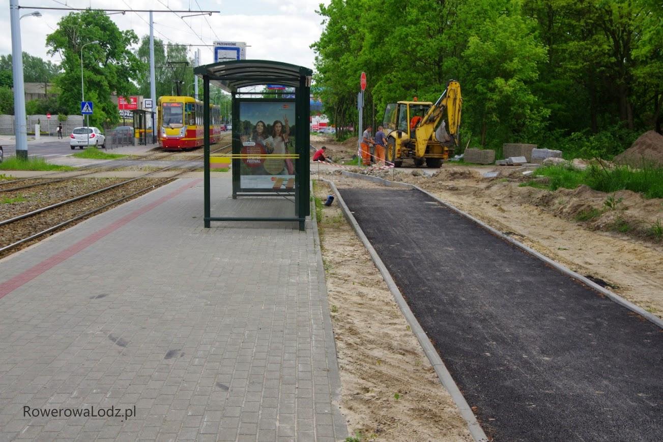 Miejmy nadzieję na jakieś odgrodzenie przystanku od drogi dla rowerów.