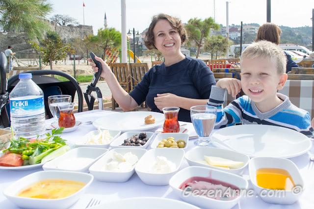 güzel bir serpme kahvaltı ile kahvaltı ederken, İskalem balık rstoran Riva İstanbul