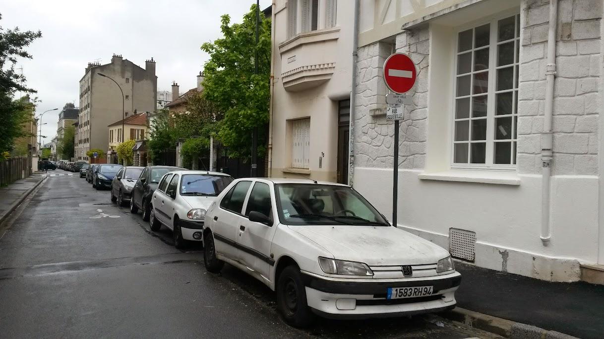 Incivilités de stationnement : voiture sur parking 2 roues 20150501_110634