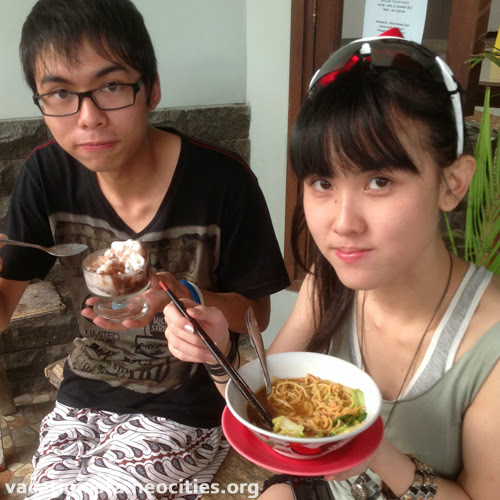 Bill eat ice cream, Alexia eat chicken noodle one two