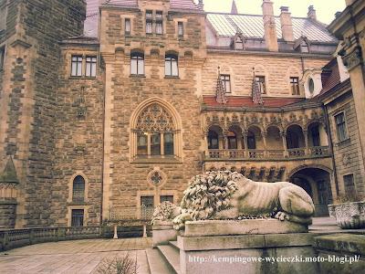 Na zdjęciu lwy pilnujące wejścia do zamku