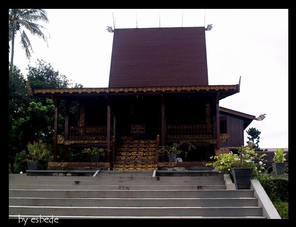 Download this Bumbungan Lima Rumah Adat Bengkulu picture