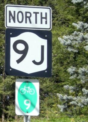 Straßenschilder North 9 J mit Radwegschild New York State Bike Route 9