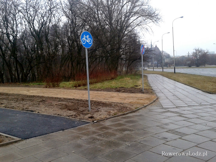 Może kiedyś doczekamy się, aby można było legalnie wjechać na te drogi rowerowe? Póki co wjazd ogranicza chodnik.