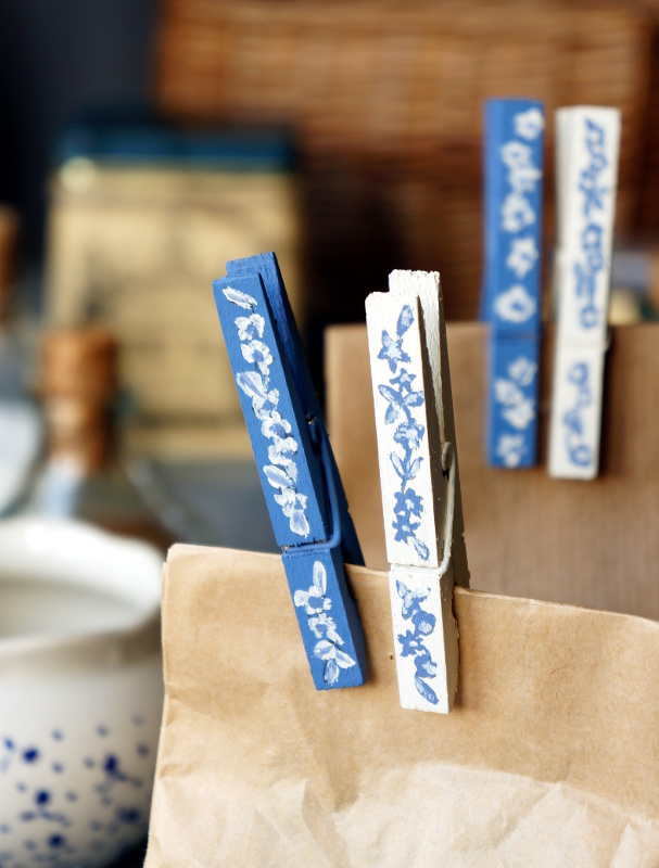 Blue and white clothespins {tettidesign}