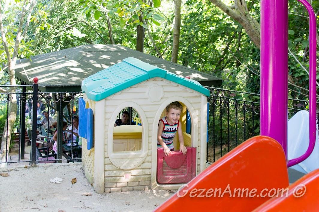 Polonezköy, Polina'da parkta oynarken