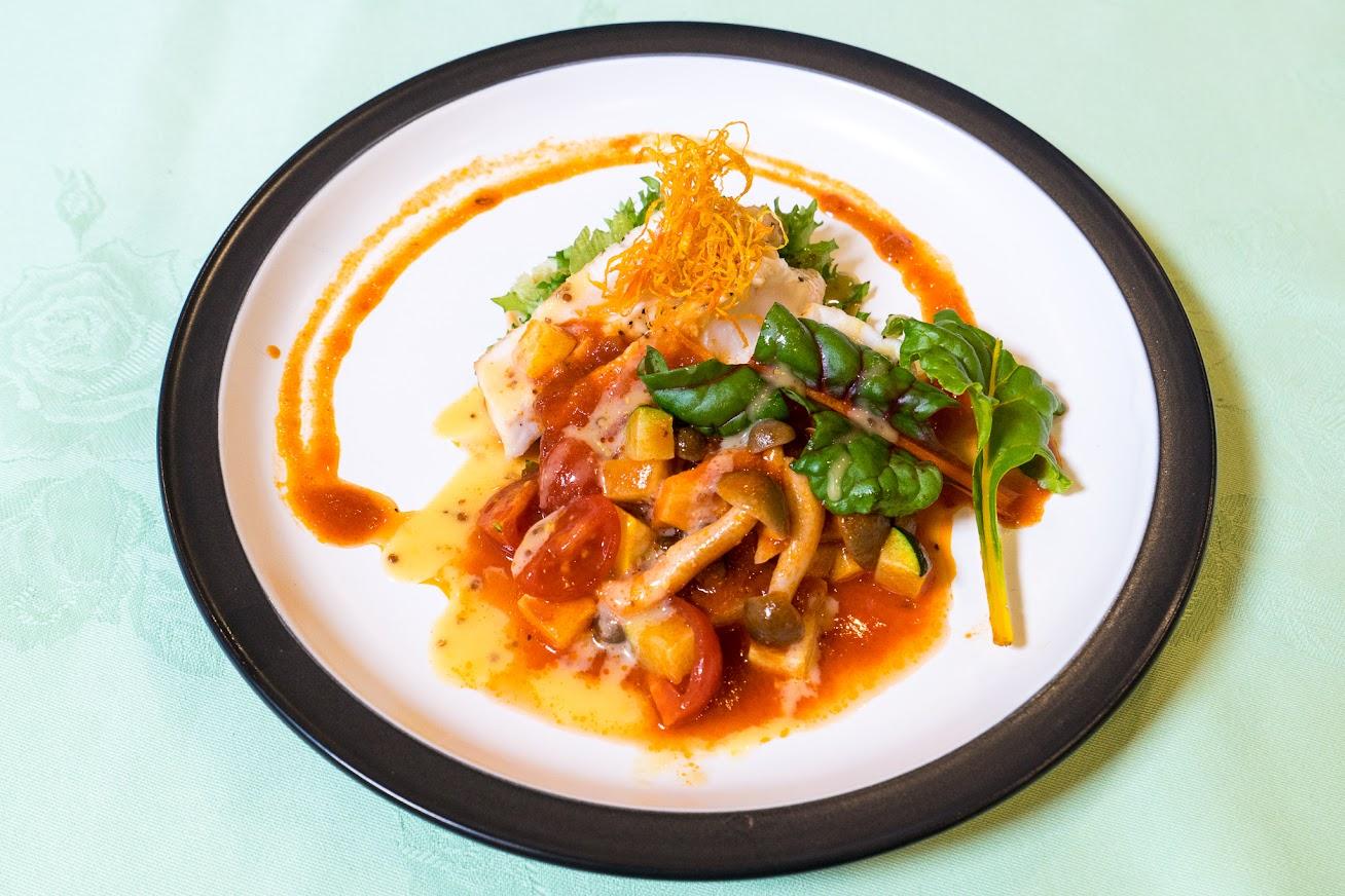 焼き物:めかじき鮪焼(焼き加減はレア)、夏野菜の冷製トマトソース(ズッキーニ(青・黄色)、トマト、しめじ)、マスタードソース