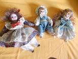 Muñecas de porcelana pequeñas en un