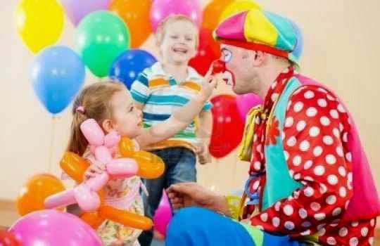 Contratara a un payaso para entretener a los niños