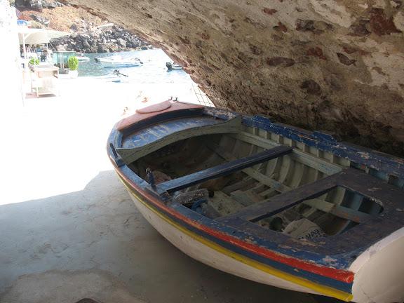 Barca en el puerto de Ammoudi, Santorini