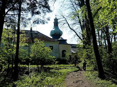 Jedna z mnoha turistických cest vedoucích na poutní místo Křemešník. V letním období je Křemešník plný turistů, které láká kromě prohlídky památek i místní hotel a rozhledna Pípalka.