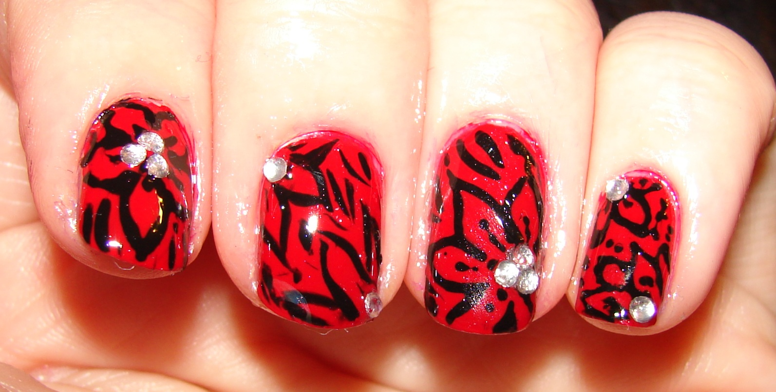 Kawaii Nail Art: Black and red flowers
