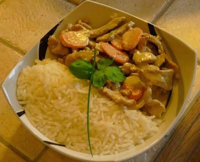 Emincés de porc aux petits légumes, curry vert et basilic