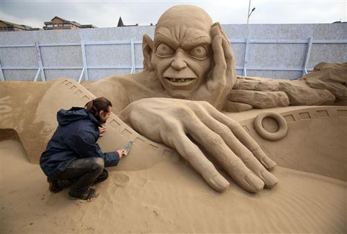 மணல் சிற்ப விழாவில் ஹாலிவூட் கதாபத்திரங்கள் : புகைப்படங்கள் Sculptors-place-finishing-touches-hollywood-20130326-062938-047