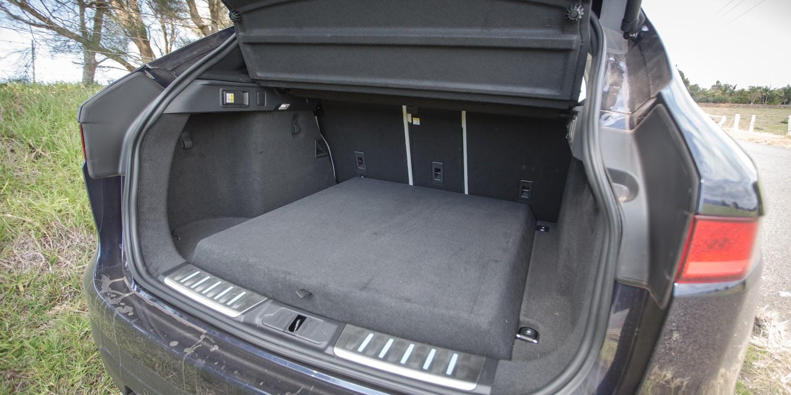 Khoang hành lý của xe cũng khá rộng, tuy nhiên không chở được nhiều đồ