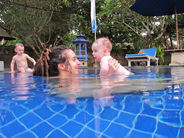 Први купањац у базену и Лиам враголан