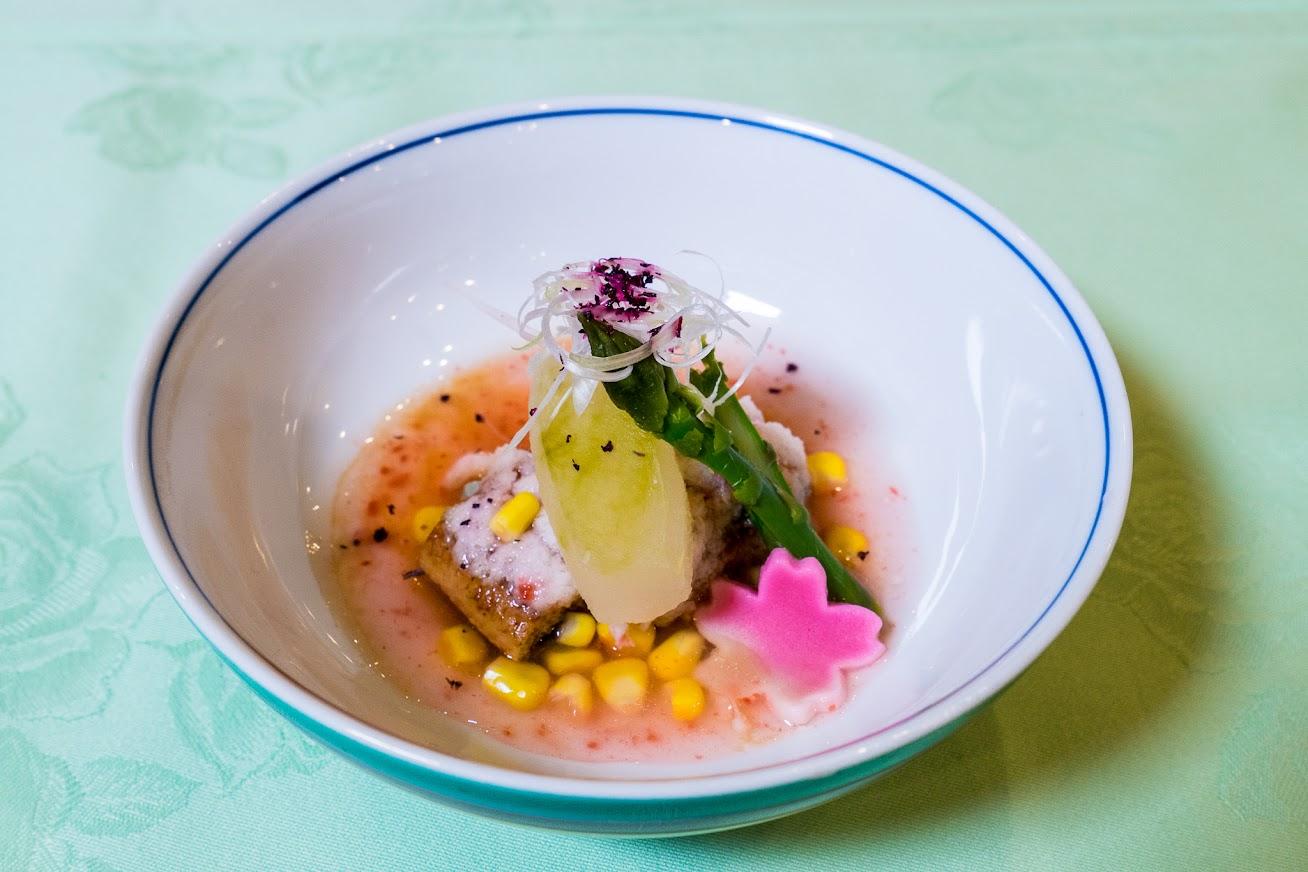 煮物:鰻の蕪蒸し、冬瓜水晶煮、アスパラ、黒千石豆腐、梅肉餡かけ、アスパラ、白髪葱、桜麩